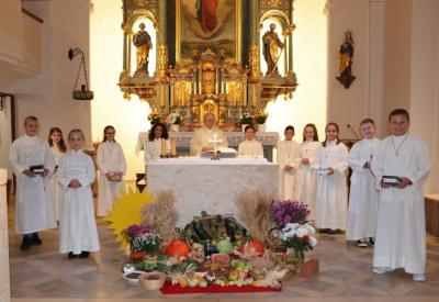 Foto zur Meldung: Erntedank mit den Kommunionkindern gefeiert - Viele Erntegaben lagen vor dem Altar