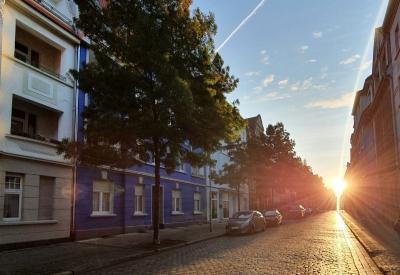 Rathausstraße in Wittenberge mit aufgehender Sonne I Foto: Franziska Lenz