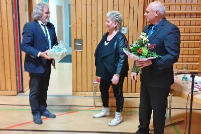 Bürgermeister Werner Suchner (links) und Knut Jende, Vorsitzender der Stadtverordnetenversammlung, würdigten das jahrelange ehrenamtliche Engagement von Monika Matter mit Glückwünschen und einem Präsent. Foto: Marco Babenz