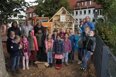 Vorschaubild zur Meldung: Weiteres Insektenhotel in der Lindenschule aufgestellt