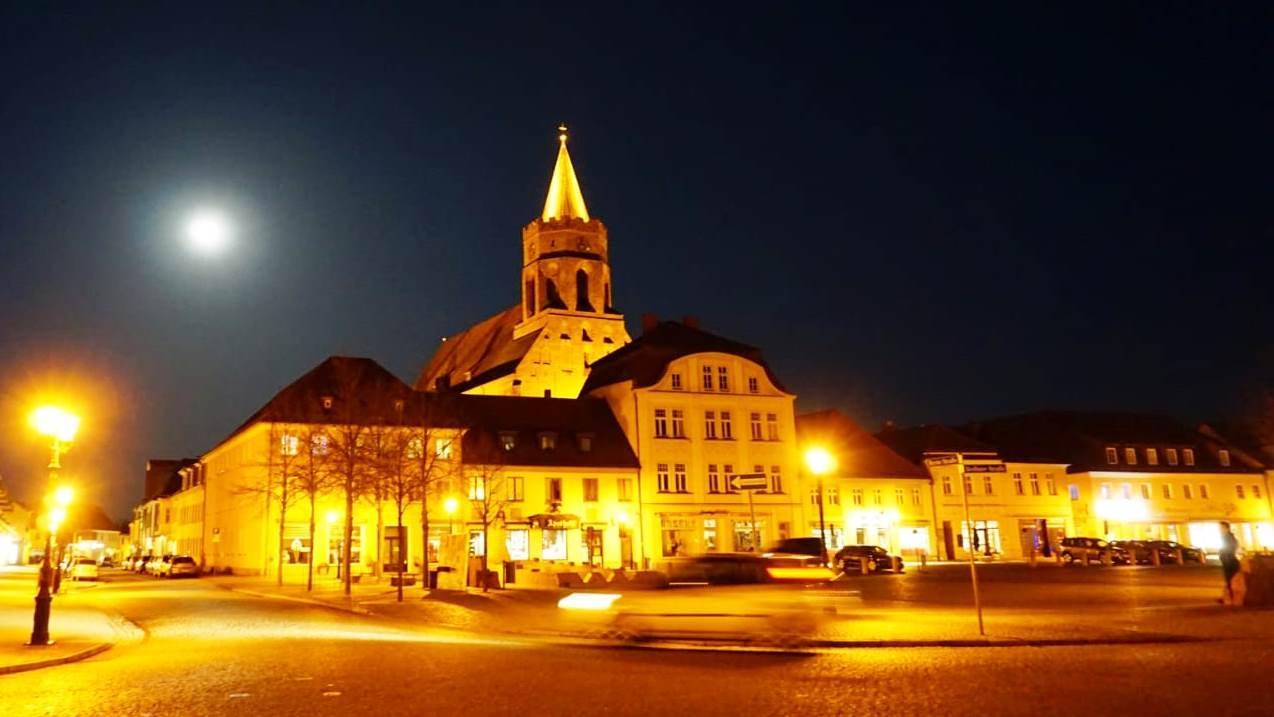 Beeskw mit St. Marienkirche bei Nacht