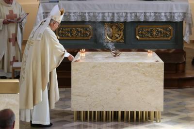 Foto zur Meldung: Bischof Rudolf Voderholzer hat unseren Altar geweiht