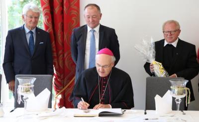 Foto zur Meldung: Weltliche Feier zur Altarweihe mit Ehrung von Josef Höpfl