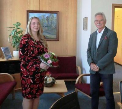 "Bürgermeister Dr. Michael Koch gratuliert Claudia Schildt zum ""Bachelor of Laws - öffentliche Verwaltung"""