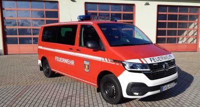 Foto zur Meldung: Neues Mannschaftstransportfahrzeug (MTF) und Löschwasserbehälter für die Genthiner Feuerwehr