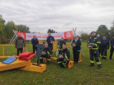 Die sechs Jugendwarte freuen sich über die Spende der Edis AG, sechs D-Verteiler für ihre Nachwuchsteams. Foto: Katja Zeiger