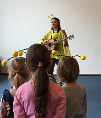 Maya Steinmann bei der Präsentation des Bienensong