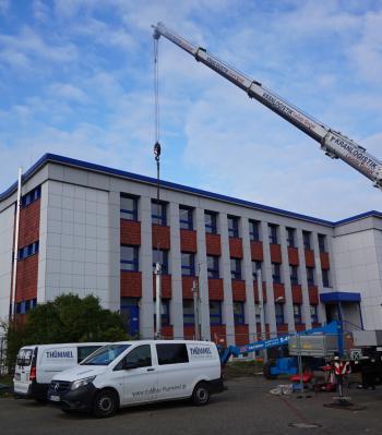Foto zur Meldung: Kran auf dem Schulhof – Baufortschritt in den Herbstferien