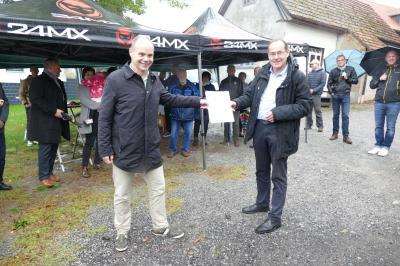 Fotos: Stadtverwaltung – Staatssekretär Torsten Weil und Bürgermeister Tilo Kummer bei der Übergabe der Förderurkunde