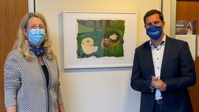 Anja Gensert und Bürgermeister Jan Fischer führen gemeinsam durch die Ausstellung. © Video/Gensert