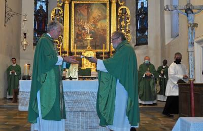 Domkapitular Monsignore Paul Schmidt übergibt die Kirchenschlüssel an Pfarrer Peter Hauf