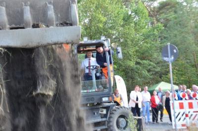 Im September 2019 gab Landrat Siegurd Heinze in Meuro den Startschuss für das knapp 11 Millionen Euro umfassende Projekt der Modernisierung eines beachtlichen Teils der Fernradwege im Landkreis Oberspreewald-Lausitz. (Foto Landkreis/Werner)