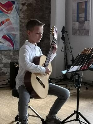 Schüler der Gitarrenklasse beim Auftritt. Foto privat