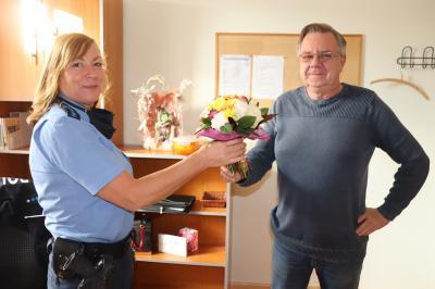 Frau Günther wird vom Bürgermeister begrüßt