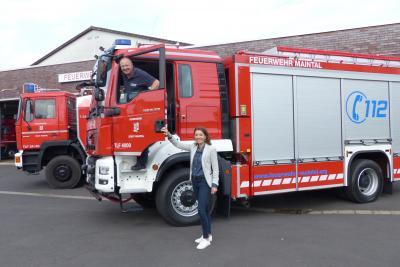 Stadtbrandinspektor Andreas Matz stellt Bürgermeisterin Monika Böttcher das neue Tanklöschfahrzeug der Freiwilligen Feuerwehr Maintal vor. Foto: Stadt Maintal