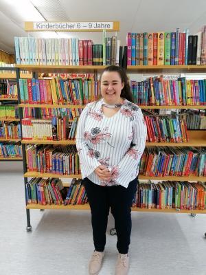 """Die 24-jährige Saskia Foit hat zum 01.10.2020 die Leitung der Nauheimer Gemeindebücherei übernommen. Am 24.10.2020 lädt sie ein zum """"Tag der Bibliotheken"""". © Gemeinde Nauheim"""