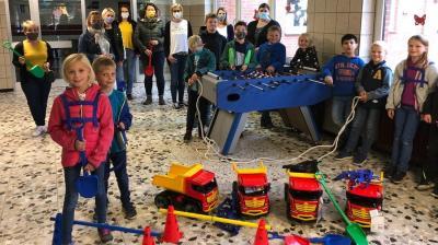 In den Pausen dürfte bei den Schülern der Grundschule Merzen keine Langeweile aufkommen – dafür hat der Förderverein mit der Anschaffung neuen Spielzeugs und eines Kickertisches gesorgt. Foto: Förderverein