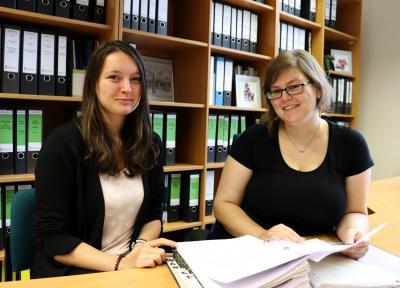 Auszubildende Lea-Sophie Krischowski und Ausbildungsleiterin Susann Artelt (r) I Foto: Martin Ferch