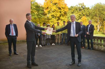 DSD-Vorstand Dr. Steffen Skudelny und Infrastrukturminister Guido Beermann übergeben den Bewilligungsbescheid für die Förderperiode 2021/2022. (Foto: Uwe Hegewald)