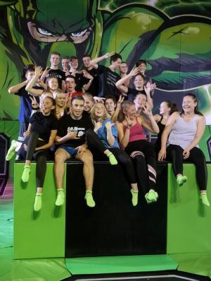 """Foto zur Meldung: Die Klasse 10a in der """"Flip and Fly"""" Trampolinarena"""