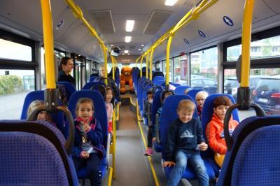 Foto zur Meldung: Mit Teddy in der Busschule