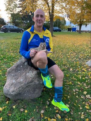 Mannschaftsleiter Andreas Kühn nahm einmal mehr das Wolfsmaskottchen als bester Spieler mit nach Hause. Foto: SV Geiseltal Mücheln