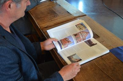 Stadt Perleberg | Bauamtsleiter H. Boddin beim Erkunden der Denkmaltopografie