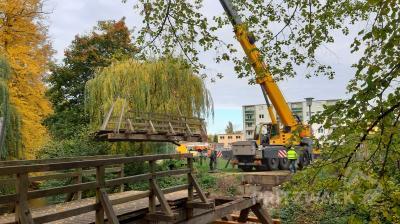 Per Kran wurde die kaputte Holzkonstruktion aus den Lagern gehoben. Foto: Dr. Ronald Thiel
