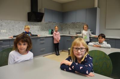 Die Kinder des Hortes der Elblandgrundschule freuen sich über die neue Schülerküche I Foto: Martin Ferch