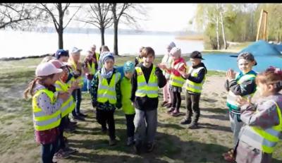 Screenshot: Die Kinder der Kita Musikus in Senftenberg erhielten 2020 für ihr Musikvideo Regenbogenfarben den Inklusionspreis des Landkreises OSL. Bewerbungen für den Inklusionspreis 2021 können ab sofort und bis Ende Januar eingereicht werden. (Screenshot: Video/Landkreis)