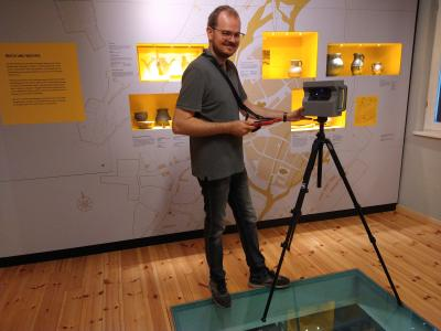 Stadt Perleberg | Nico Dalchow beim Scannen des Museums