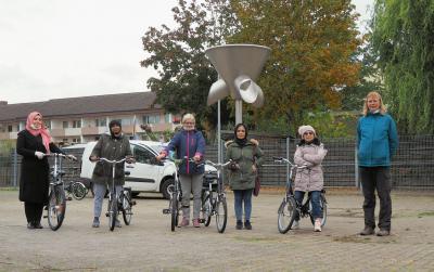 Sechs Frauen haben in den Herbstferien erfolgreich Fahrradfahren gelernt. Foto: Christine Rhodes
