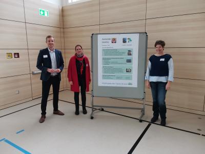 Bürgermeister Holger Bezold, Seniorenbeauftragte Andrea Hötzel und Wilma Bröker vom Seniorenkreisteam präsentieren Dormitz beim Vernetzungstreffen.