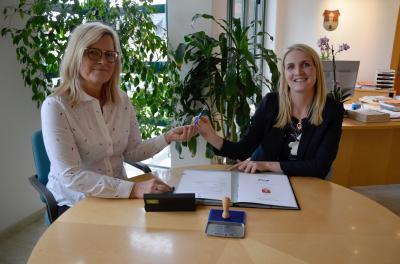 Bei der Unterzeichnung des Konzessionsvertrages: Frau Lange und Frau Conrad
