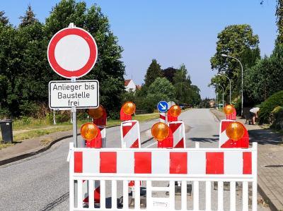 Eine Vollsperrung wird für die Einmündung der Aufbaustraße in den Giesensdorfer Weg angekündigt. Foto: Beate Vogel
