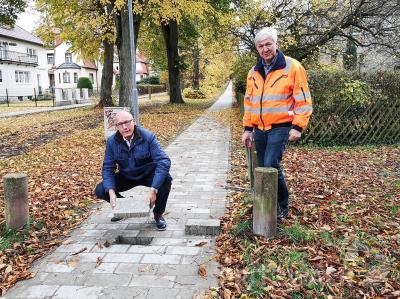 Den Schlussstein setzte Dr. Ronald Thiel im Goetheweg, rechts Fachgebietsleiter Bernd Raschke. Foto: Beate Vogel