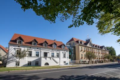 Unser Bild zeigt das Falkenseer Rathaus (re) und das Bauamt (li) in der Falkenhagener Straße.