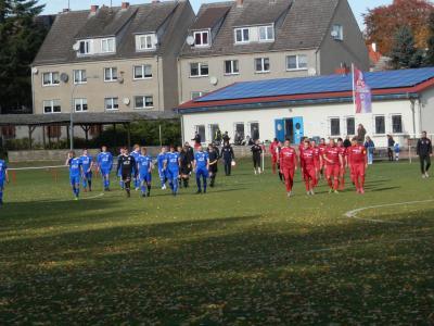 Zum wohl vorläufig letzten Mal laufen die Akteure an diesem Wochenende, hier beim Spiel  vom vergangenen Spieltag in Warin, zum Punktetreffen auf den Rasen.