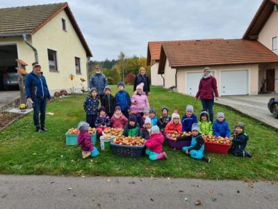 Kindergartenkinder bei der Apfelernte