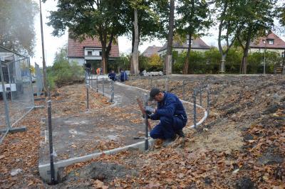 Mitarbeiter von PSK Metall-und Anlagenbau errichten das Geländer am Eingang Sandfurttrifft I Foto: Martin Ferch