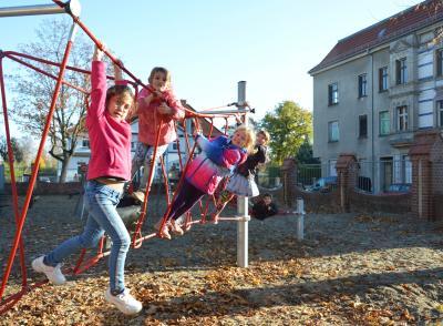 Die Kinder der Jahnschule probieren die neue Kletterkombination aus I Foto: Martin Ferch