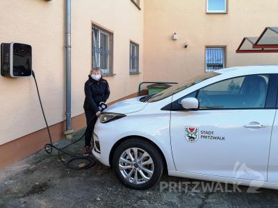 Der kleine Renault Zoe ist das erste Elektroauto im Fuhrpark der Stadt-verwaltung. Er steht den Mitarbeiterinnen und Mitarbeitern in der Gartenstraße als Dienstwagen zur Verfügung. Foto: Beate Vogel