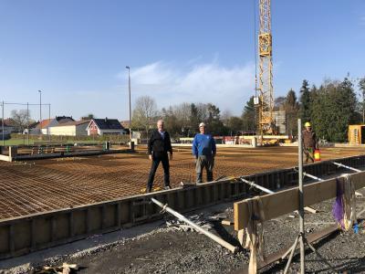 von links: Bürgermeister Andreas Weiher, Polier Dominik Gerlach u. Mitarbeiter