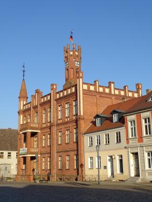Vorschaubild zur Meldung: Fahnen auf dem Rathausturm