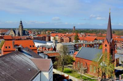 Blick vom Kulturhaus Richtung Katholische Kirche und Rathaus, eines von zwei Aprilbildern der Kalenderblätter 2021 I  Foto: Gerhard Baack