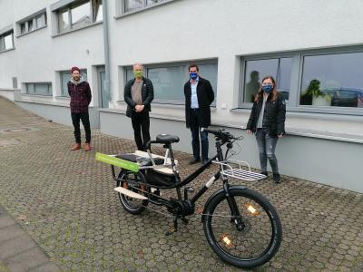 Foto zur Meldung: eprimo spendet Gemeinde Nauheim e-Lastenrad für soziale Zwecke