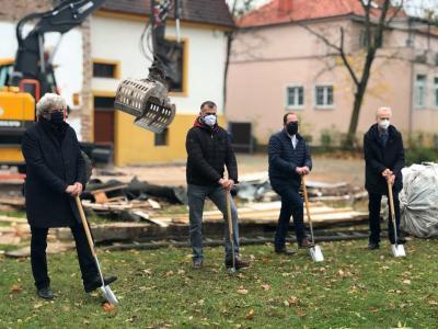 Auf dem Foto sind zu sehen: (v.l.) Architekt Ulrich Kirchner, Ortsbürgermeister Carsten Schneider, Gemeindebürgermeister Kay Gericke und Gemeinderatsvorsitzender Dr. Peter Sanftenberg