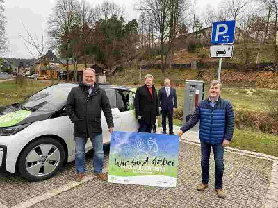 Am Mittwoch wurde die Säule in Röslau eingeweiht. Von links  Jürgen Kromer (Klimaschutzmanager des Landkreises), Stefan Webhofer (Vorstand des gKU), Frank Dreyer (Stellvertretender Verwaltungsratsvorsitzender des gKU) und der Röslauer Bürgermeister Torsten Gebhardt.