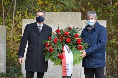 Dr. Oliver Hermann und Karsten Korup legten einen Kranz am Mahnmal für die Opfer von Kriegen und Gewalt nieder I Foto: Martin Ferch