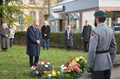 Foto zur Meldung: Kranzniederlegung anlässlich des Volkstrauertages / Landrat: 75 Jahre nach Kriegsende sind Austausch und Erinnerung wichtiger denn je